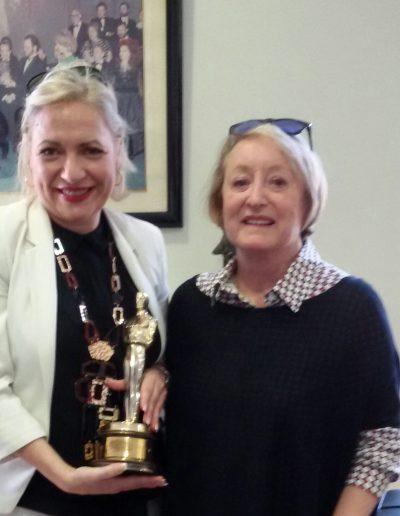Recibida por la Presidenta de la Academia del Cine Español, Yvonne Blake, con su merecido Óscar. (Madrid, marzo 2017).