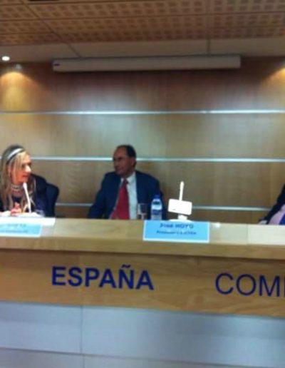 Conferenciando en la sede del Parlamento Europeo en España, acompañada de su director, Nacho Sampler y uno de los 3 ex presidentes españoles del Parlamento Europeo, Excmo, Sr. D. José María Gil Robles y el ex vicepresidente, Excmo. Sr. Don Alejo Vidal Quadra. Madrid, 2013.
