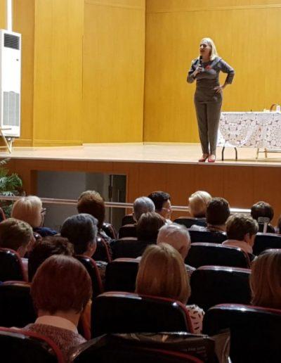Conferenciando sobre el importante papel de las mujeres en la continuidad de las empresas familiares ante un nutrido público femenino de varias generaciones. (Pedralba, mayo 2018)